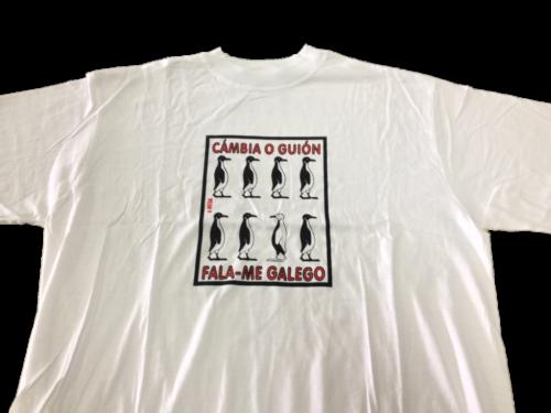 Camisola co lema 'Cambia o guión . Fala-me galego' de cor branca.