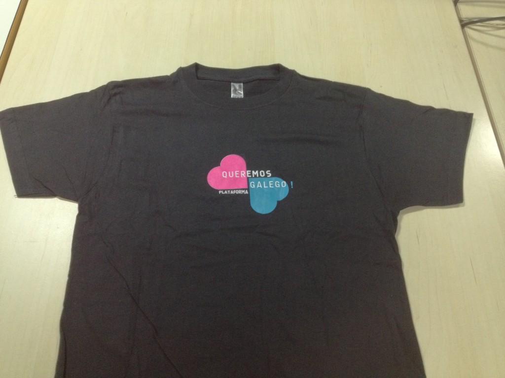 Camisola de cor negro co logotipo da plataforma 'Queremos Galego'
